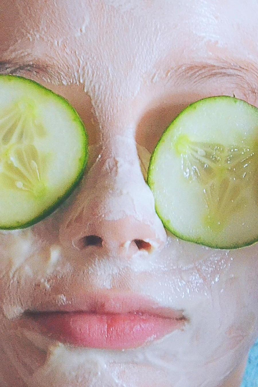 Mujer con pepinos en los ojos