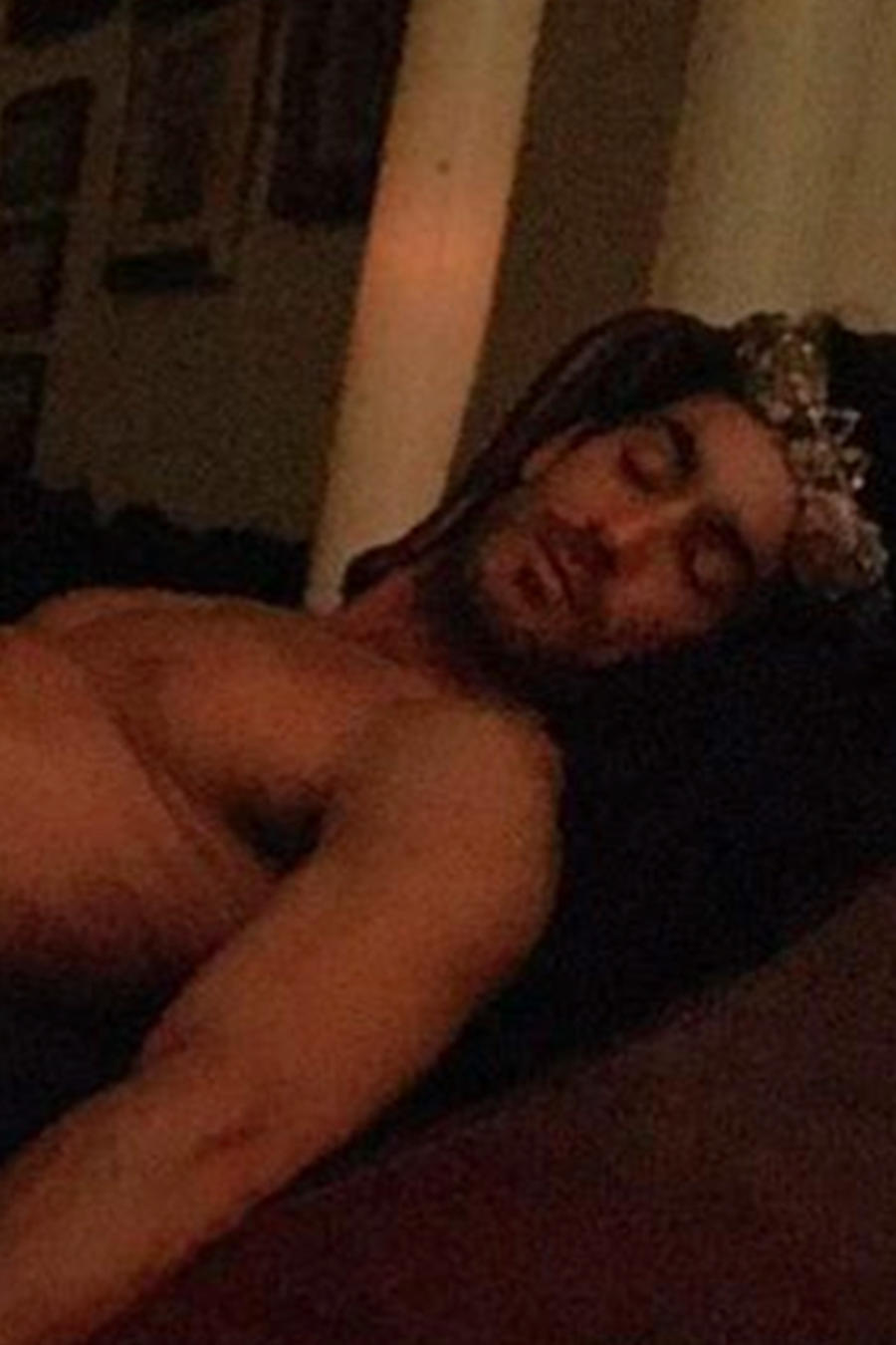 Aarón Díaz desnudo recostado en un sofá