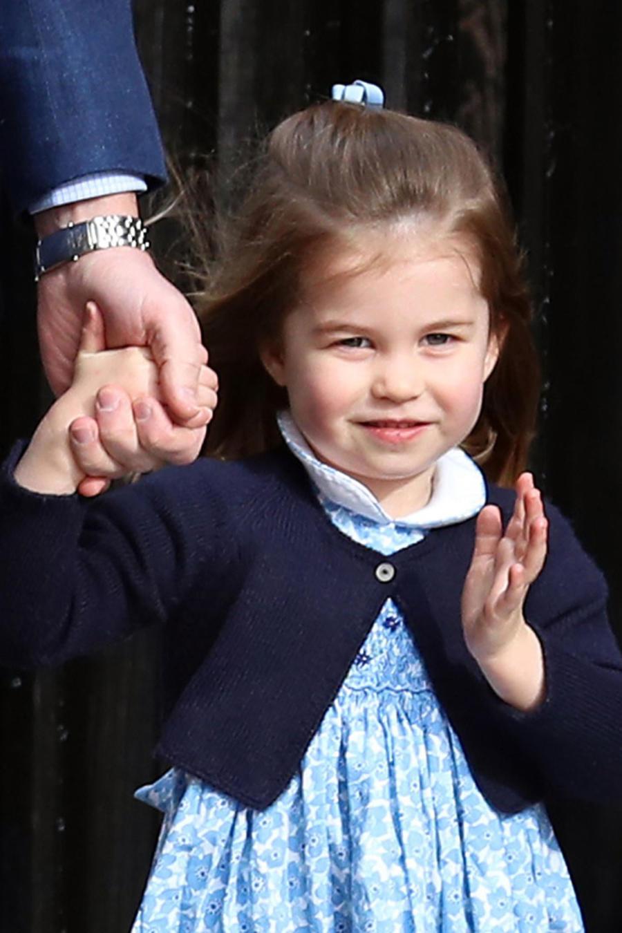 La princesa Charlotte saludando