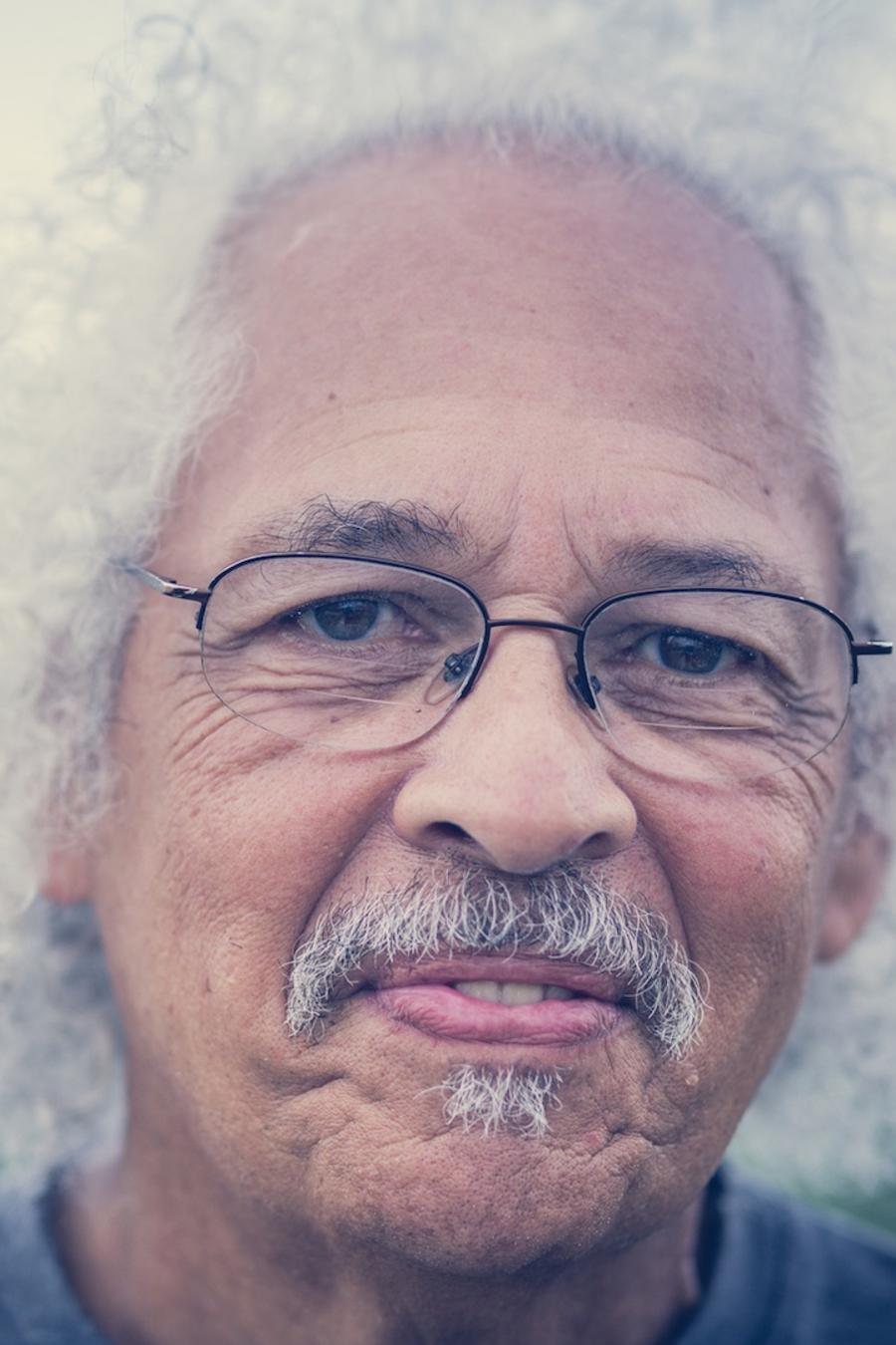 Hombre mayor con cabello blanco y gafas