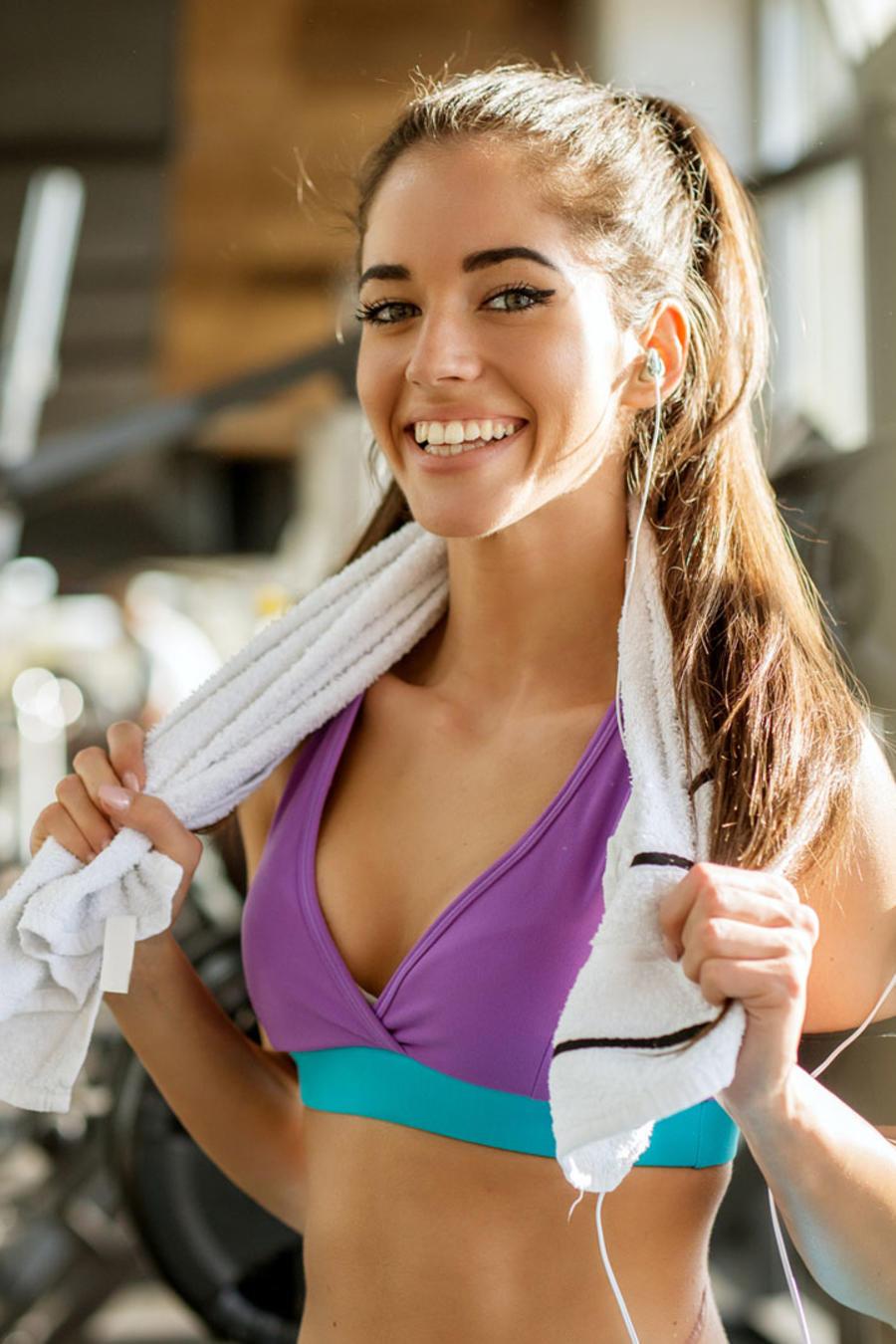 Mujer hispana en el gimnasio
