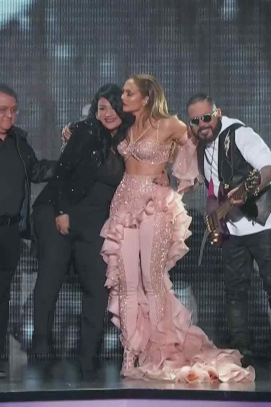 Jennifer Lopez con la familia Quintanilla en el tributo a Selena en Premios Billboard 2015