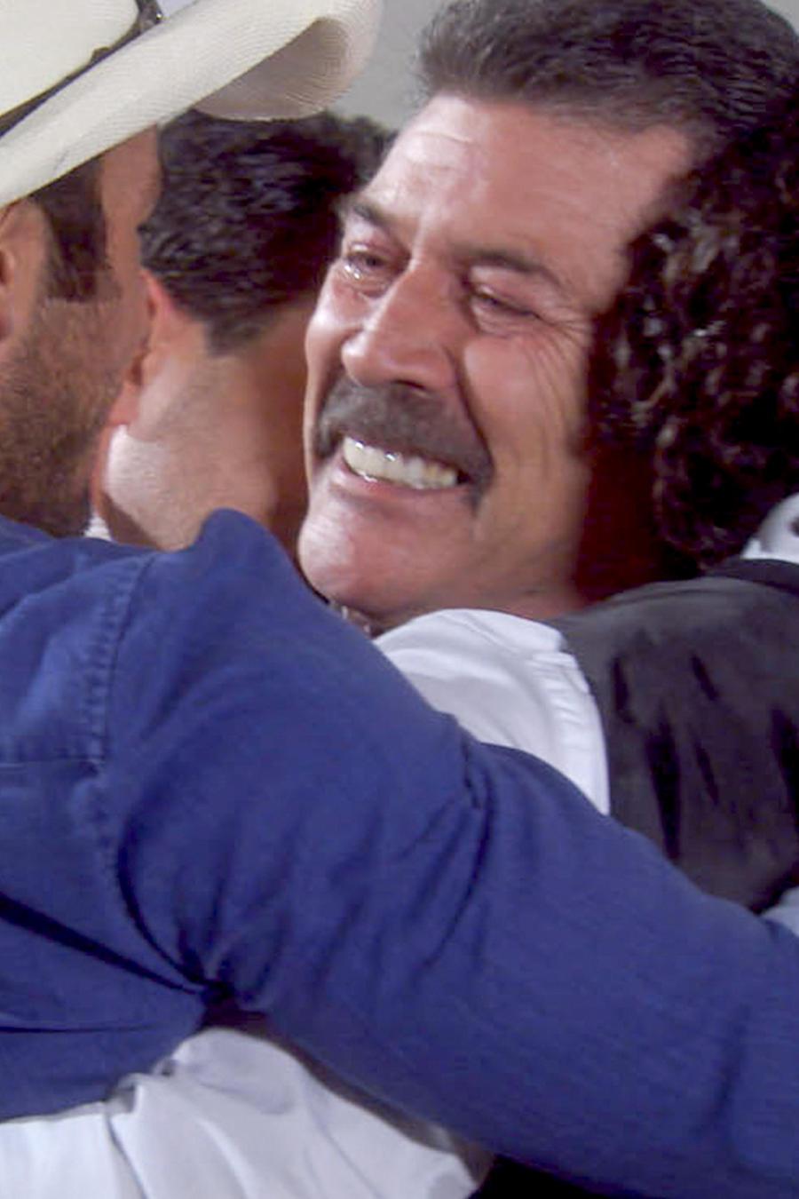 Guillermo Quintanilla abrazando a sus hijos en Tierra de Reyes