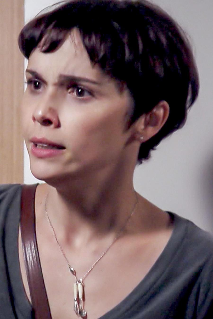 Débora Falabella preocupada en Avenida Brasil