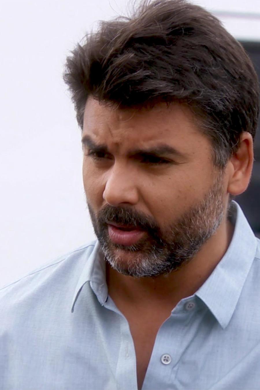 Jorge Luis Pila le pide a Manuel que le de el crédito a Eva la Trailera