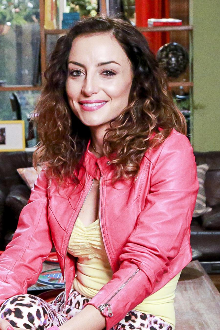 Marimar Vega como Stella Perez en Silvana Sin Lana