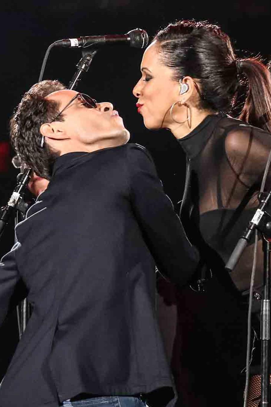 Marc Anthony besa a cantante en concierto en Miami