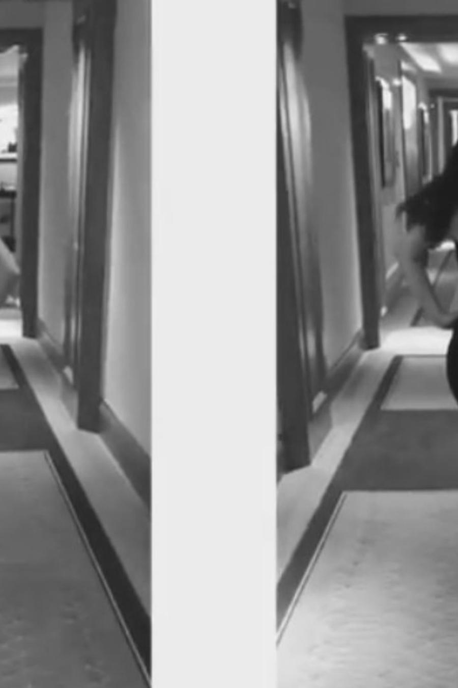 Salma Hayek caminando en un pasillo