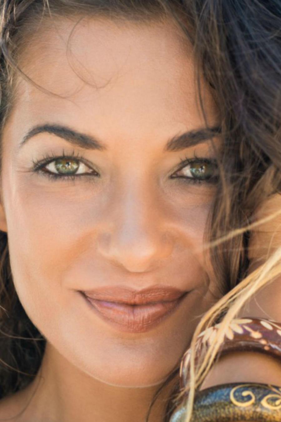 Mujer sonriendo en la playa