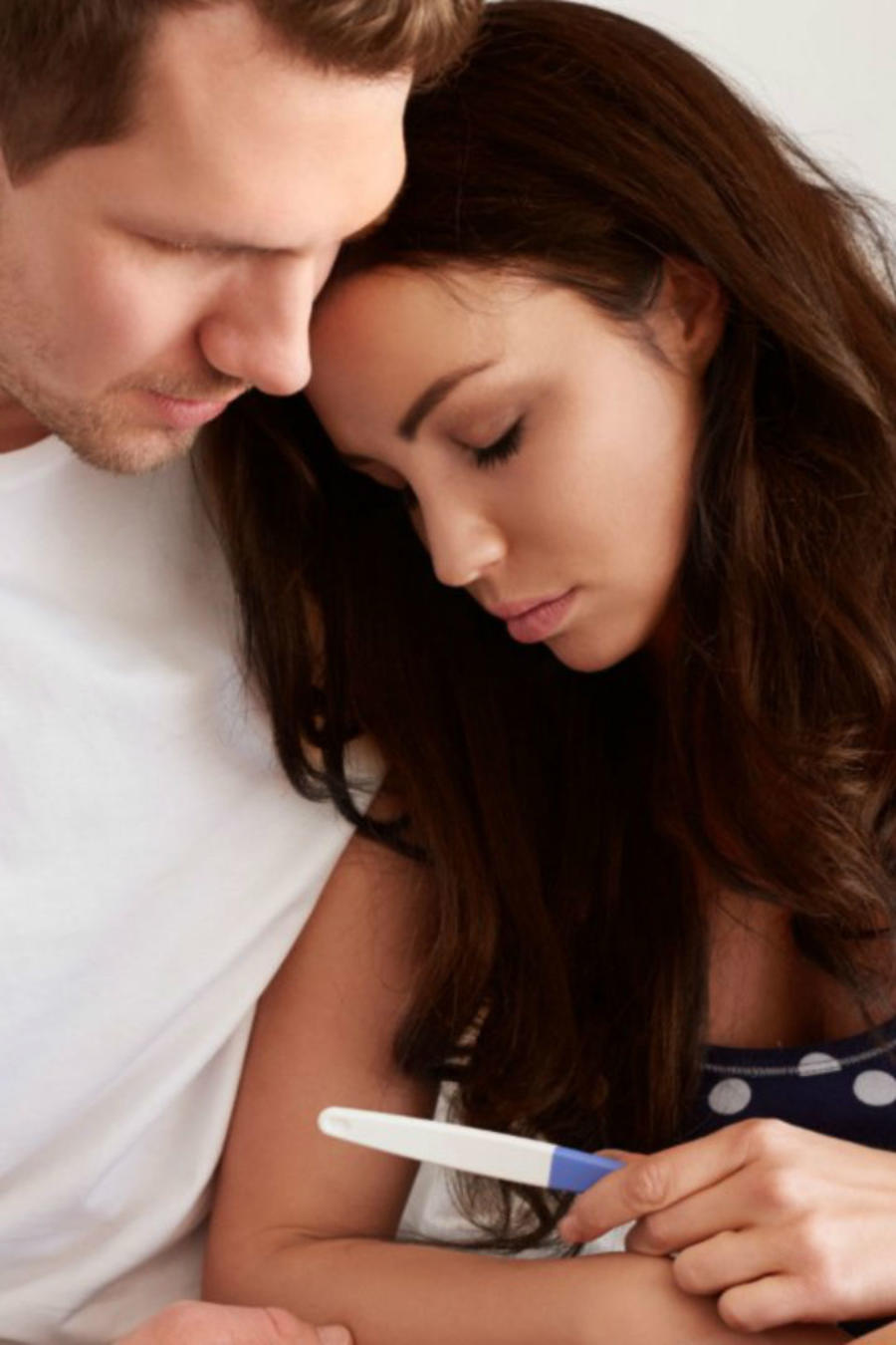 Pareja viendo prueba de embarazo