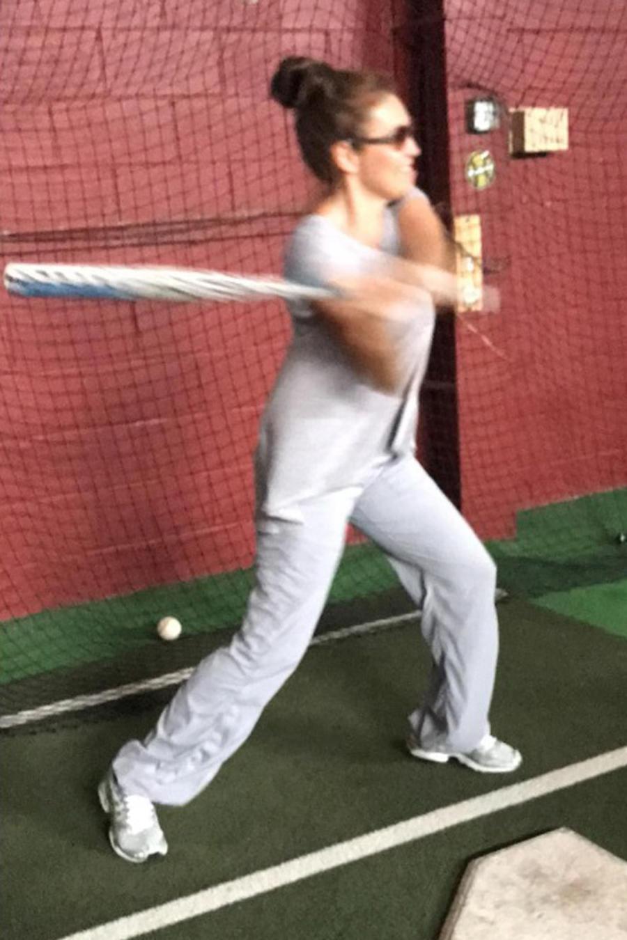 Thalía jugando béisbol