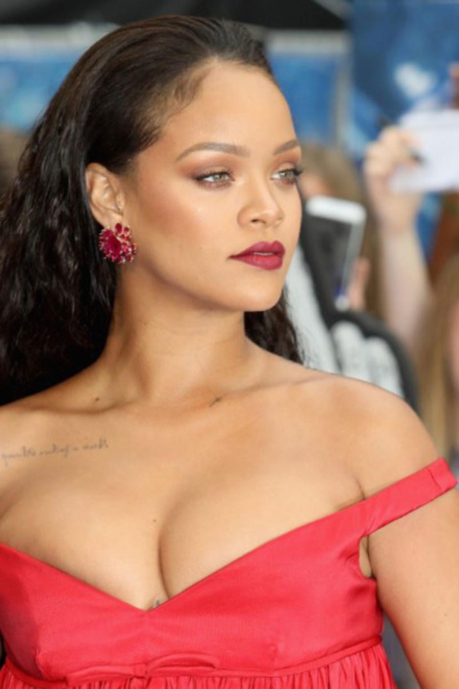 Rihanna en vestido rojo