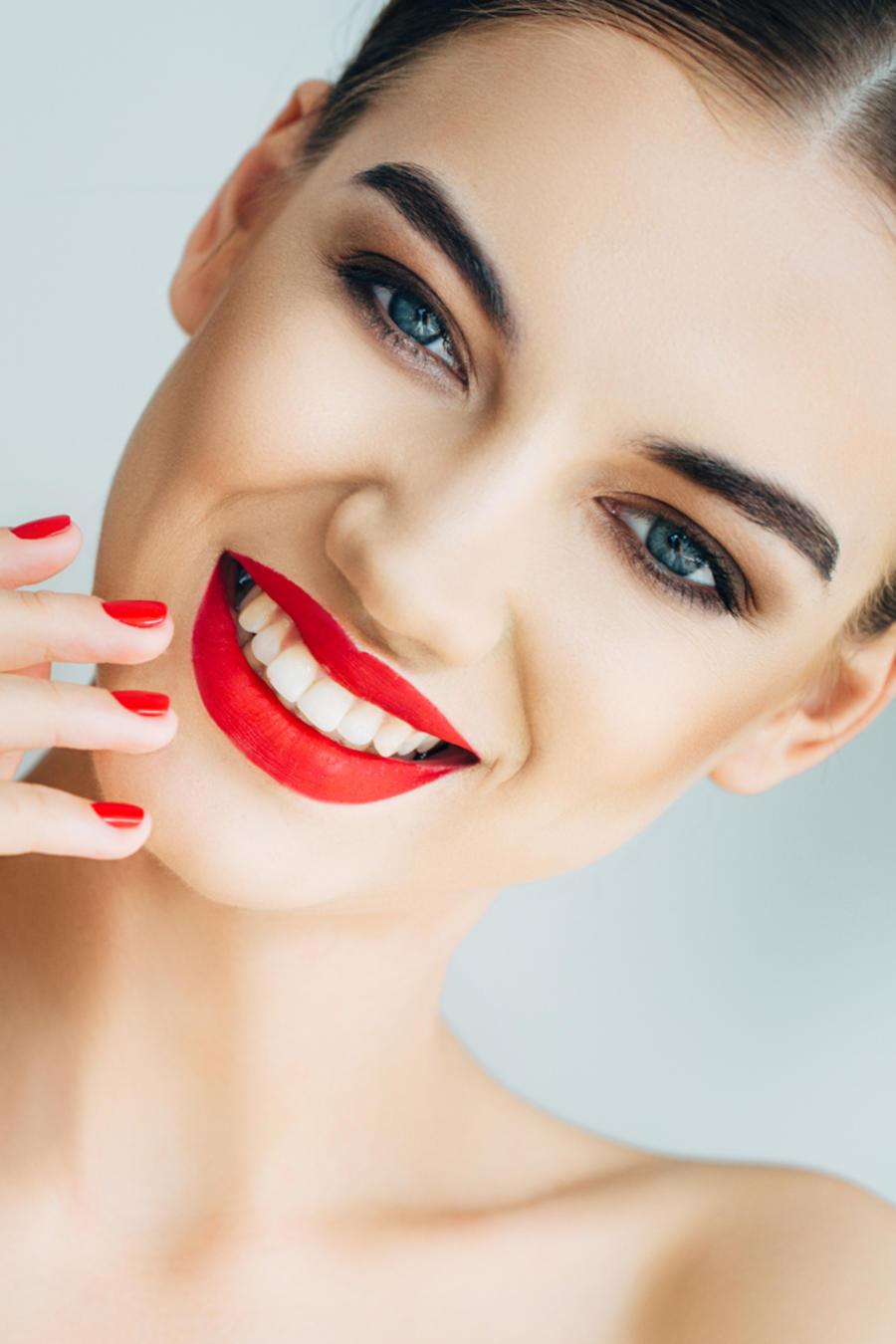 Mujer con los labios rojos