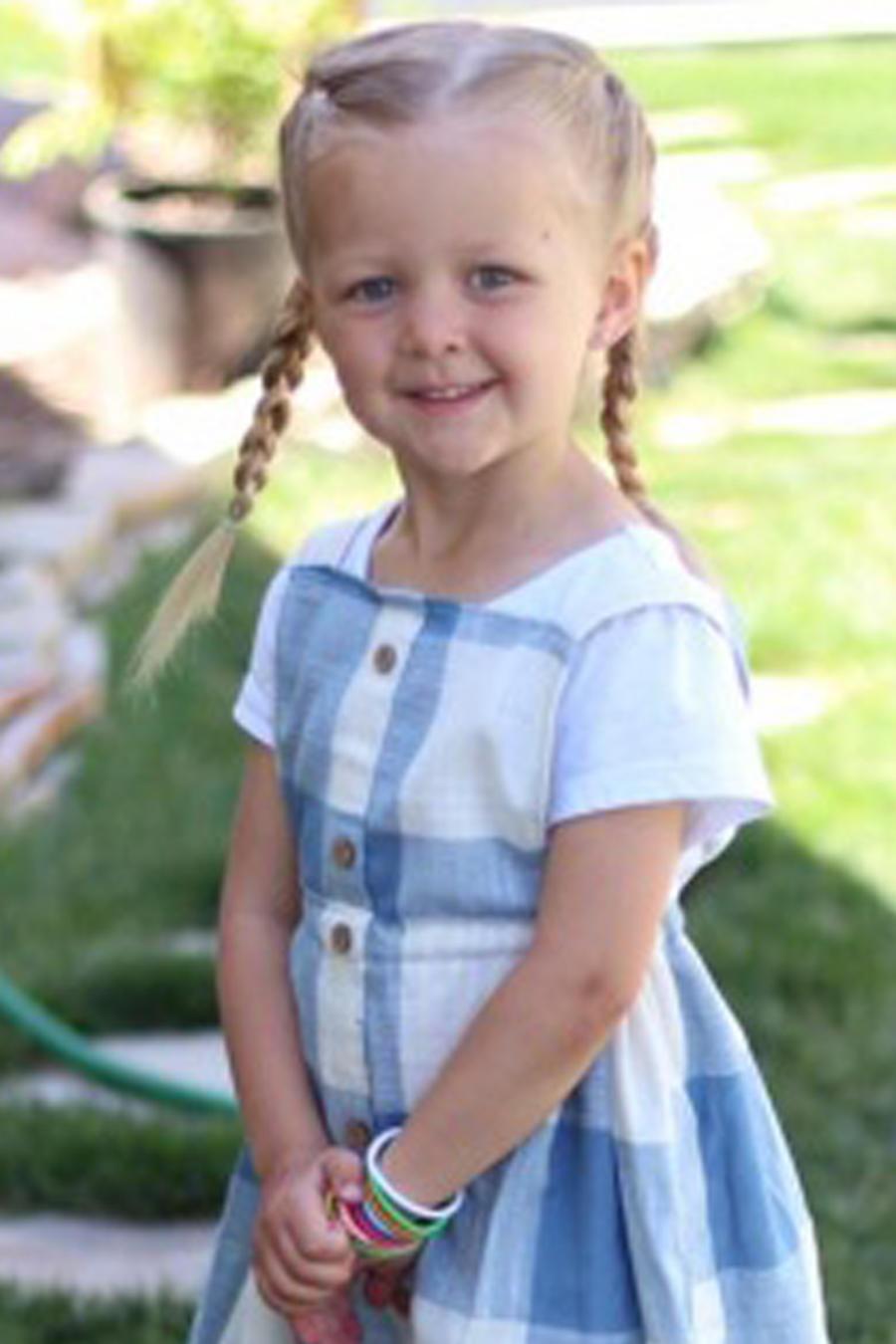 Hija de Stephanie Miller con uno de sus vestidos