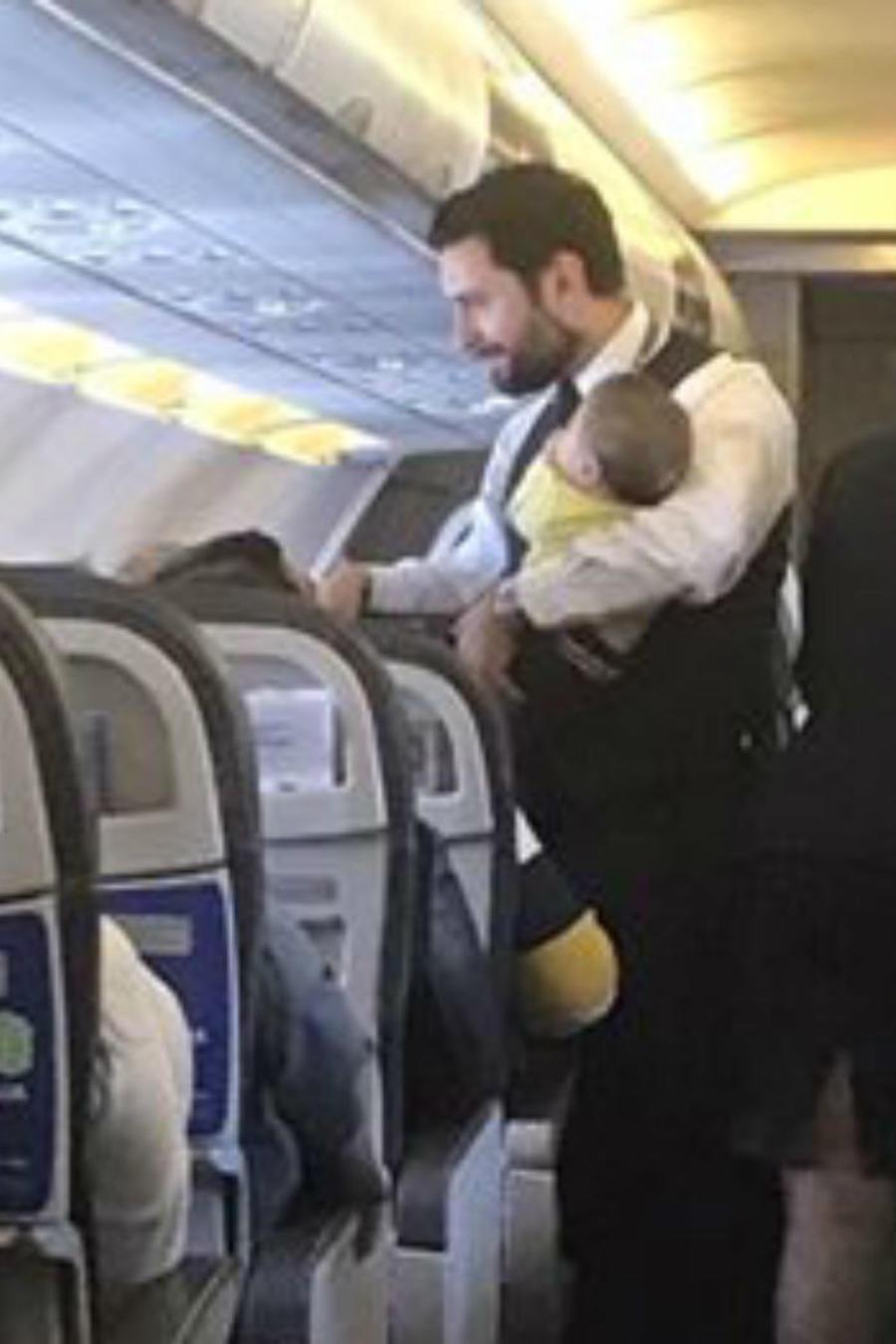 Sobrecargo cargando bebés