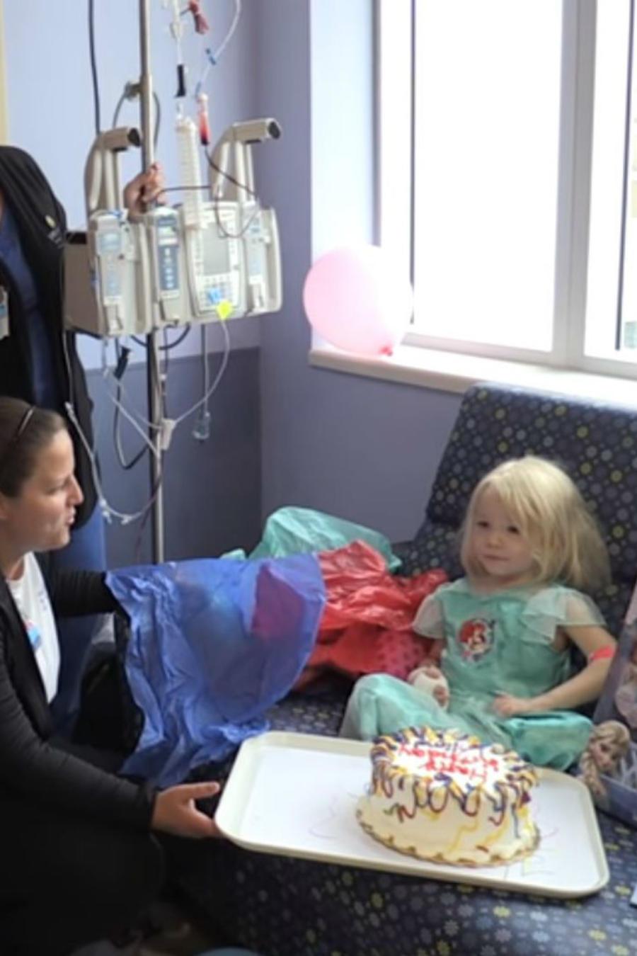 Mira el noble gesto de las enfermeras con esta pequeña