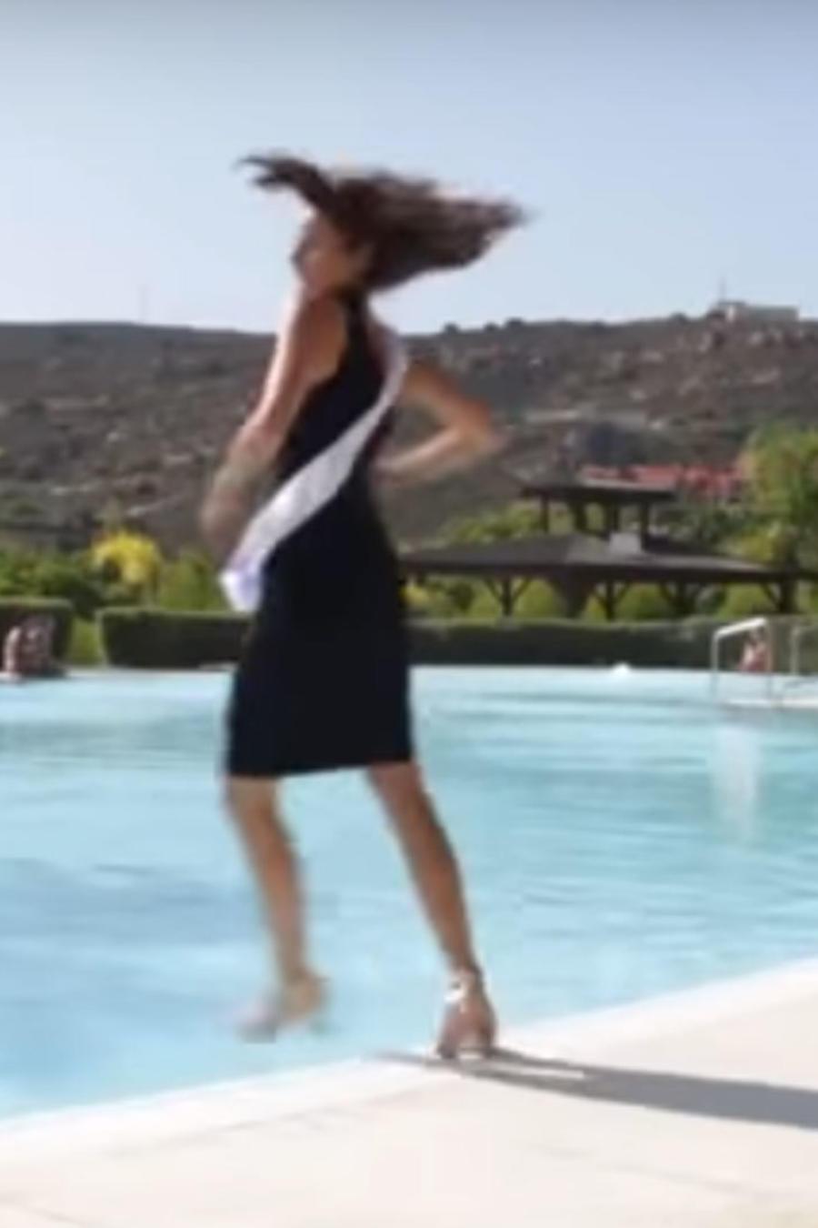 Mira la bochornosa caída de una Miss a la piscina