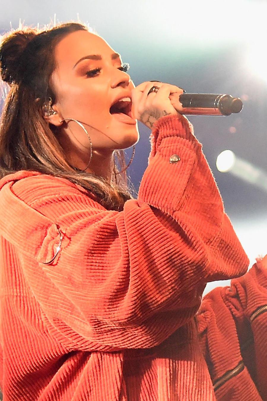 Demi Lovato cantando durante un concierto