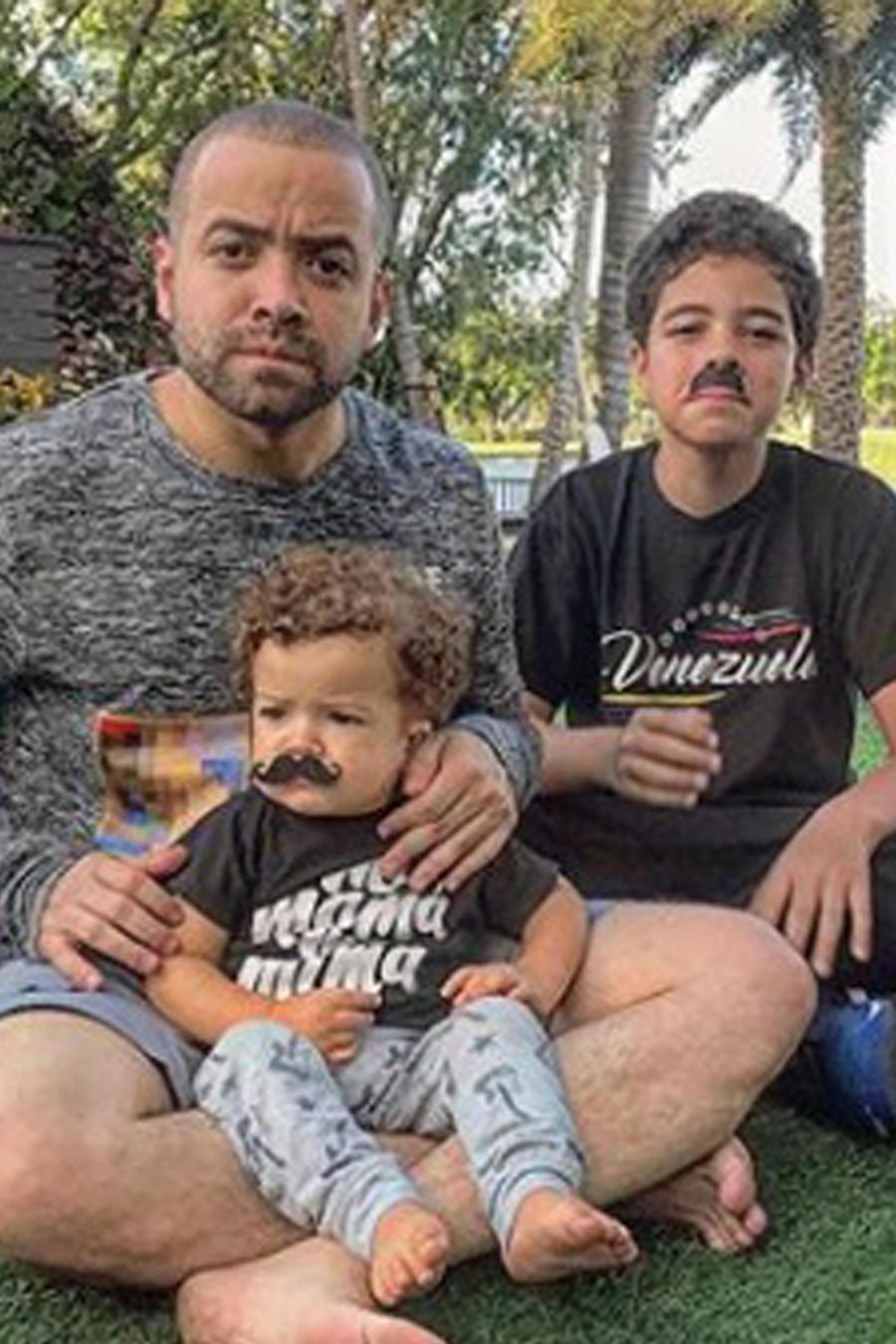Nacho Mendoza con sus hijos