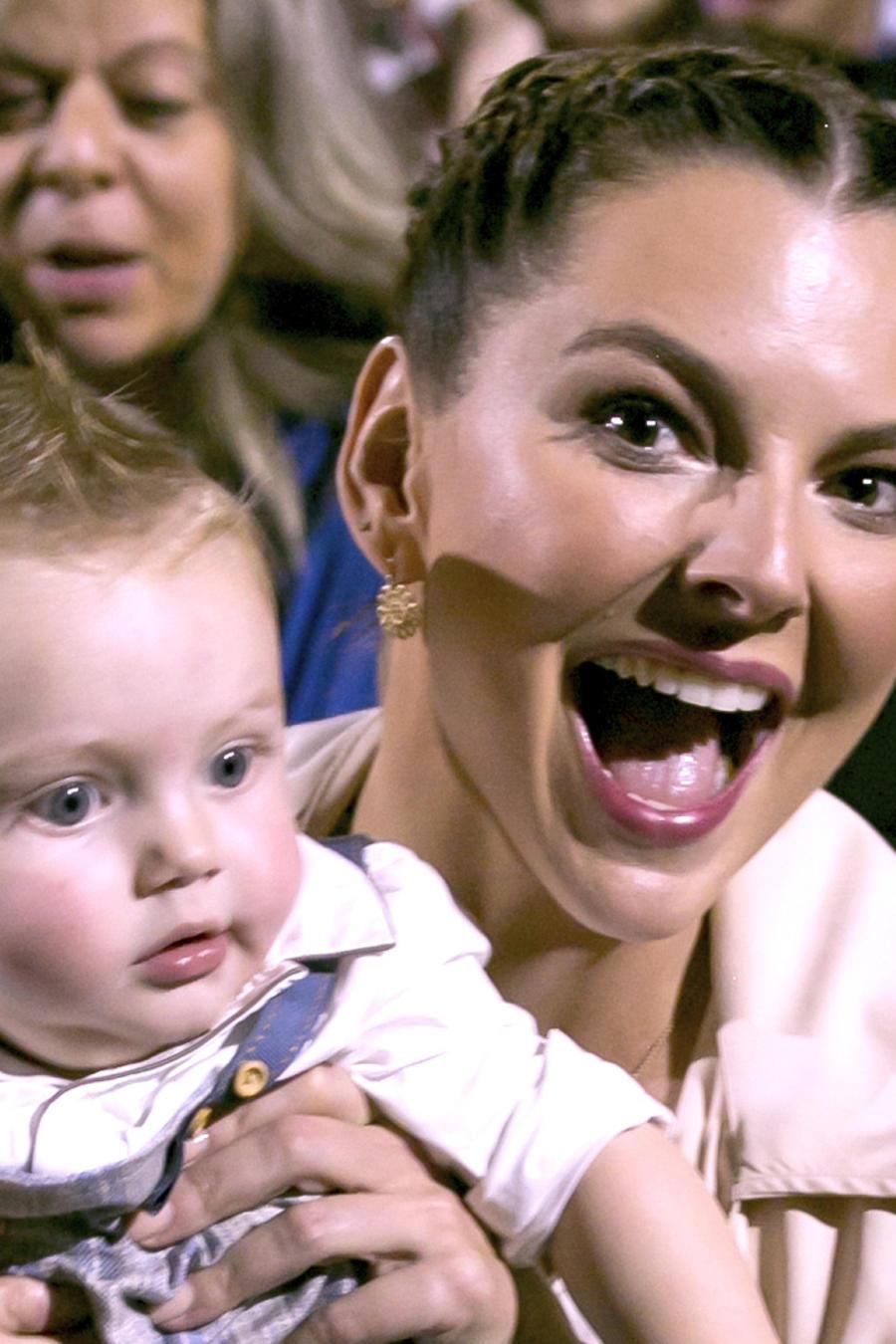 Marjorie de Sousa sonriendo al lado de su hijo