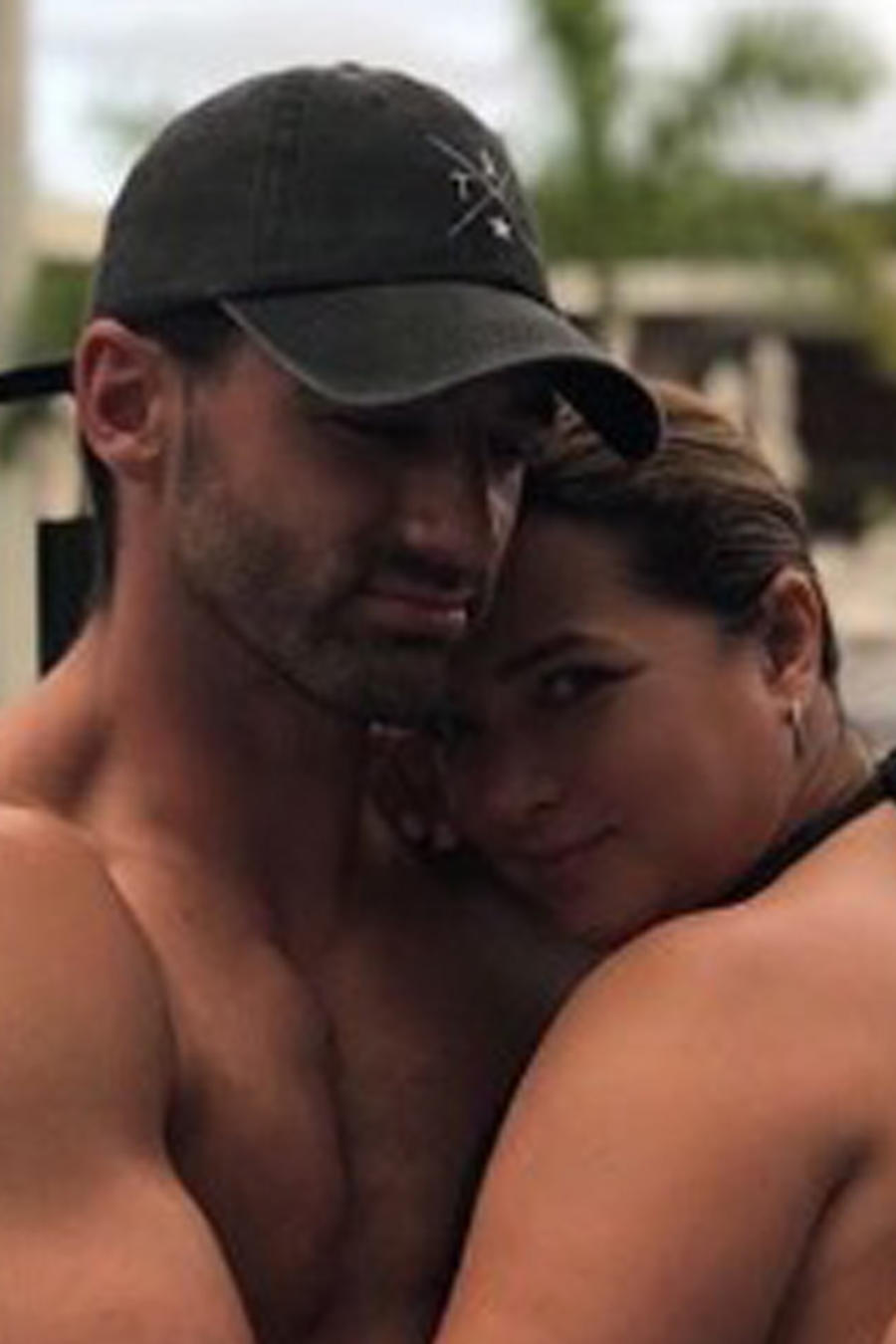 Toni Costa abrazando a Adamari López
