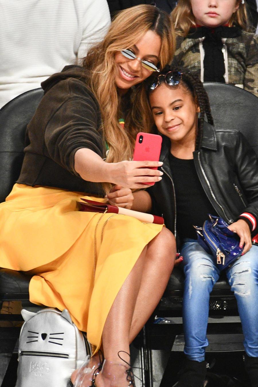 Beyoncé y Blue Ivy tomándose fotos
