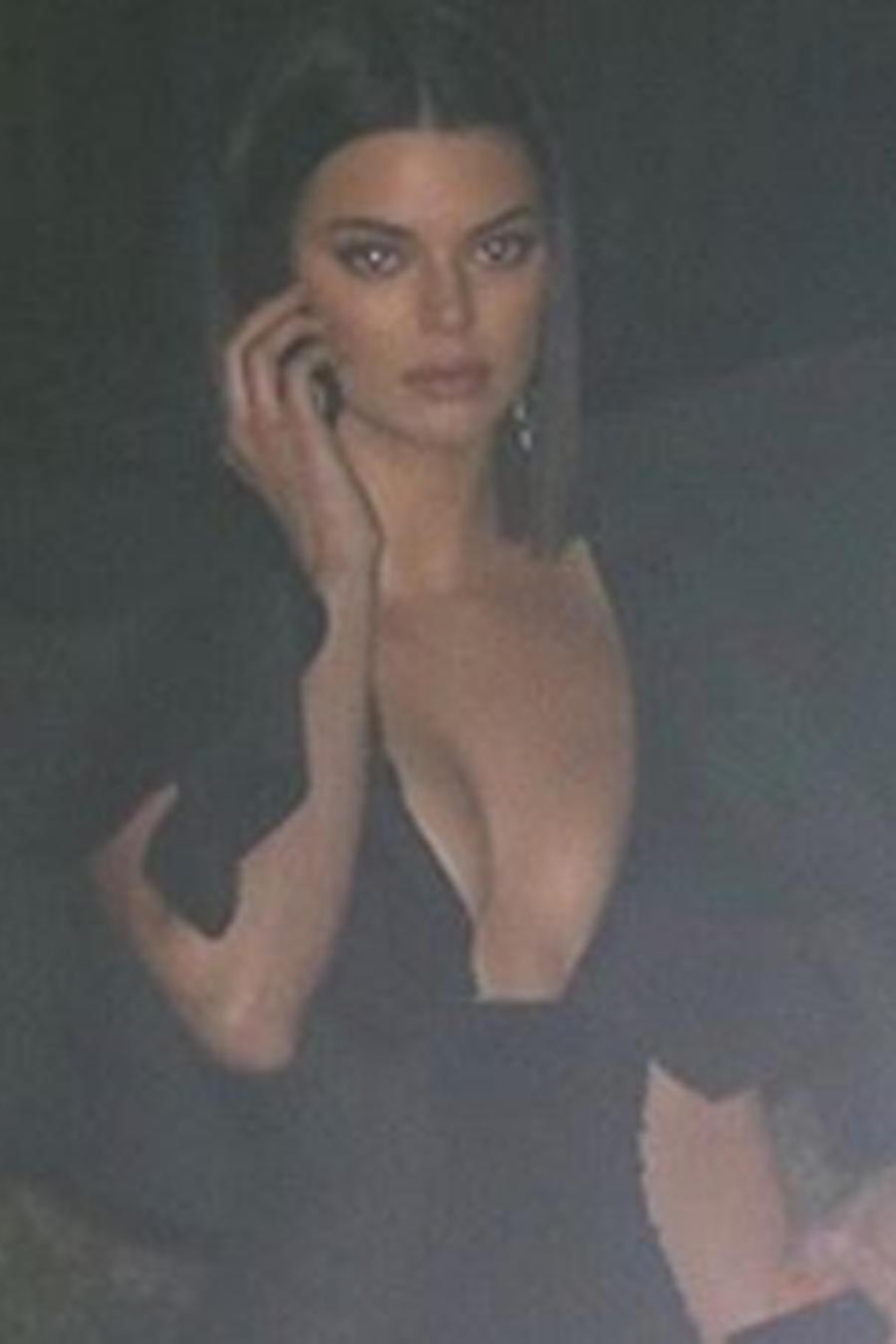 Kendall Jenner hablando por celular