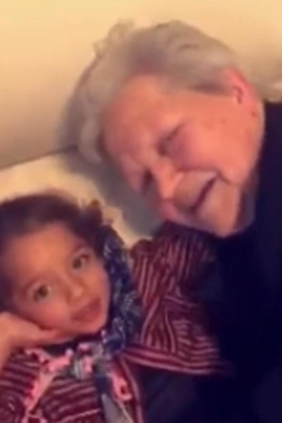 Alaïa con su bisabuela