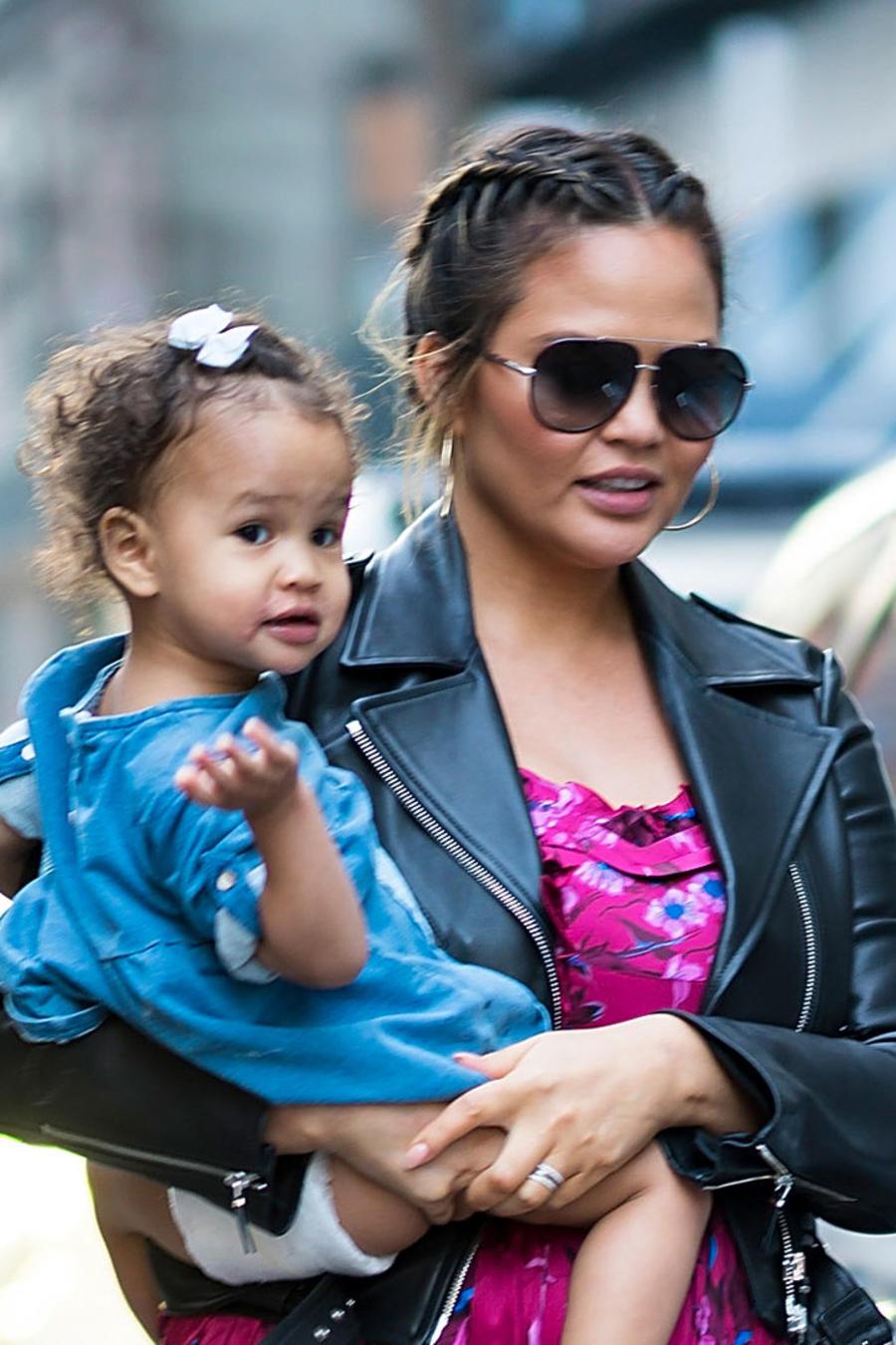 Chrissy Teigen cargando a su hija Luna
