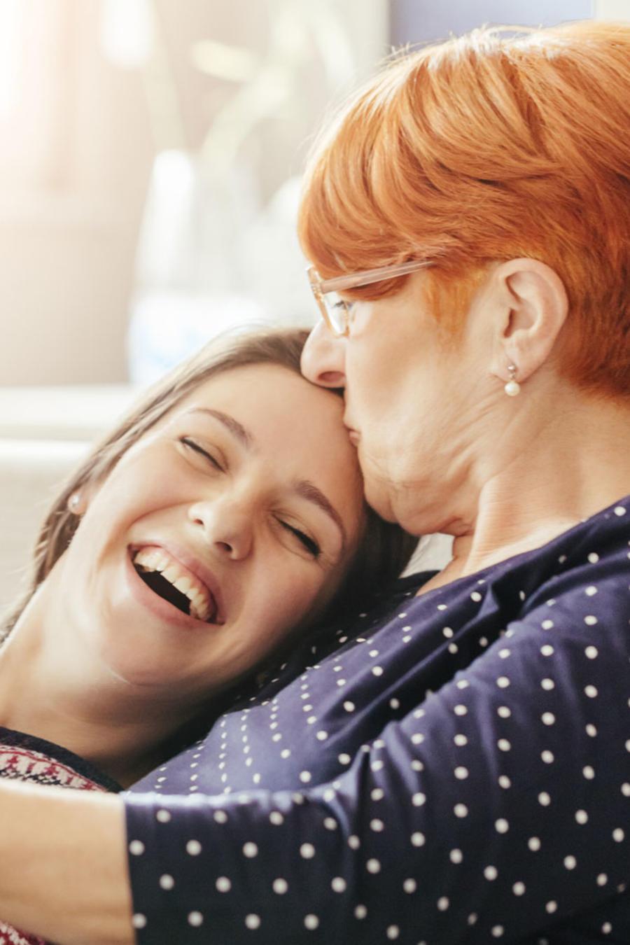 Mamá e hija riendo