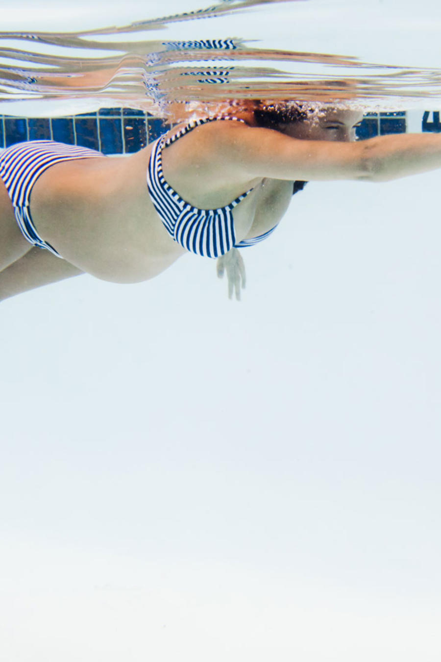 Mujer embarazada nadando