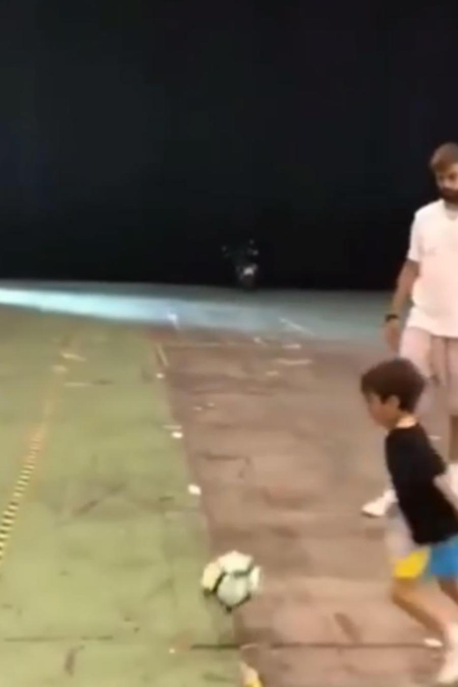 Milan y Piqué jugando futbol