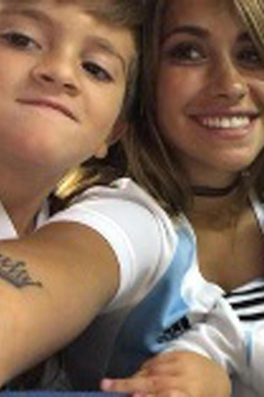 Antonella Roccuzzo tomando una selfie con sus hijos