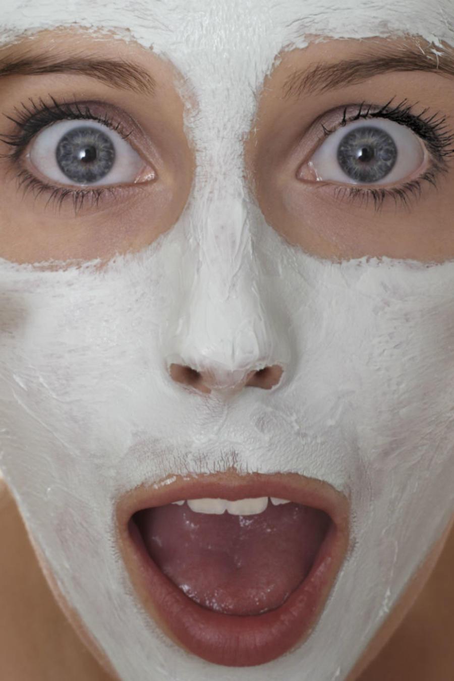 Mujer sorprendida con una mascarilla facial