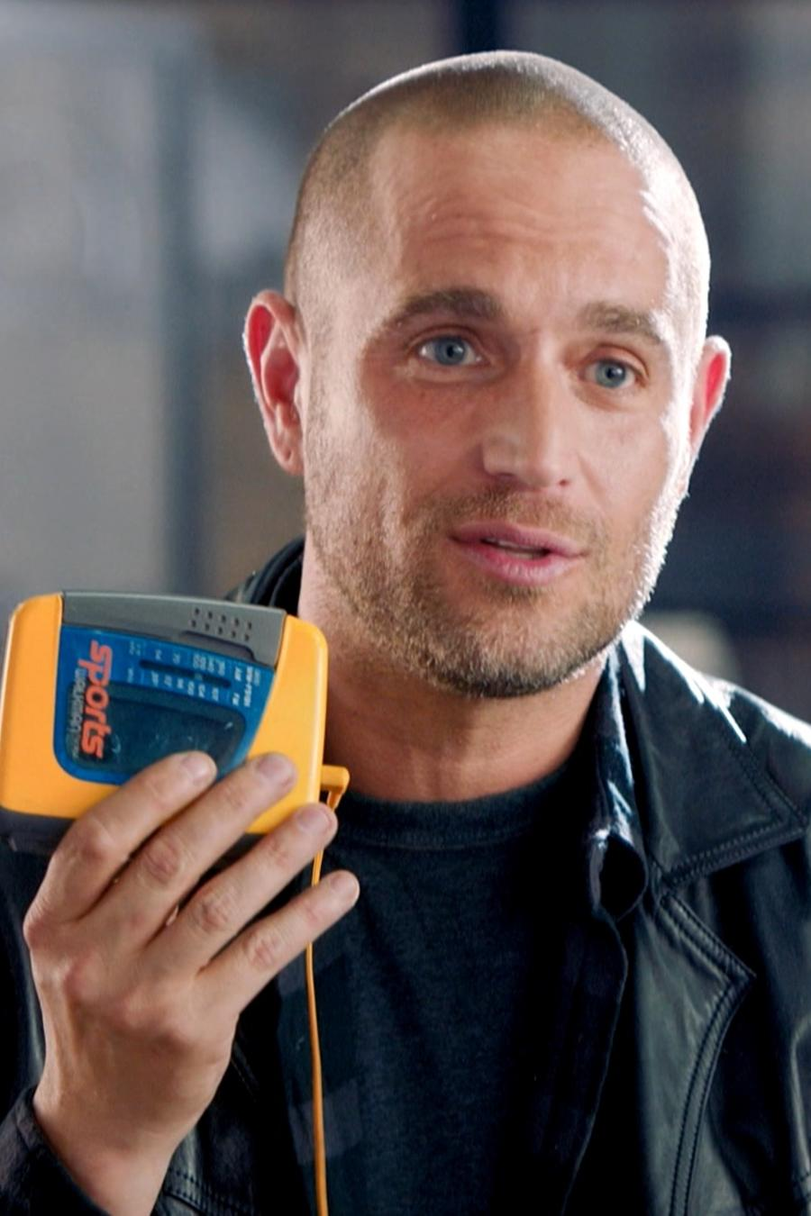 Michel Brown con un walkman