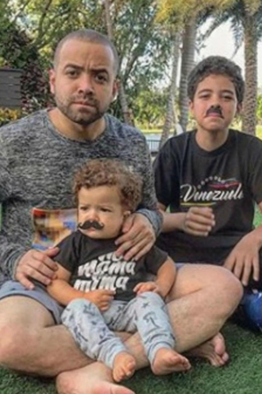Nacho con sus hijos usando bigotes