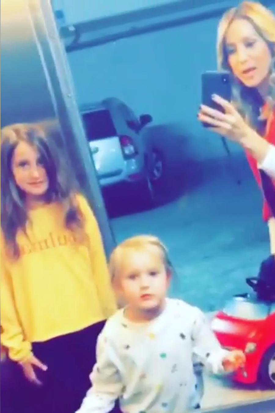Geraldine Bazán baila con sus hijas en un elevador