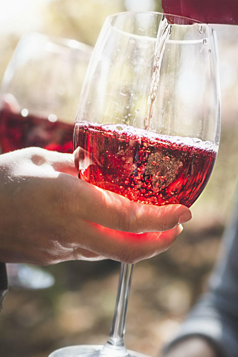 Copa llenándose con vino