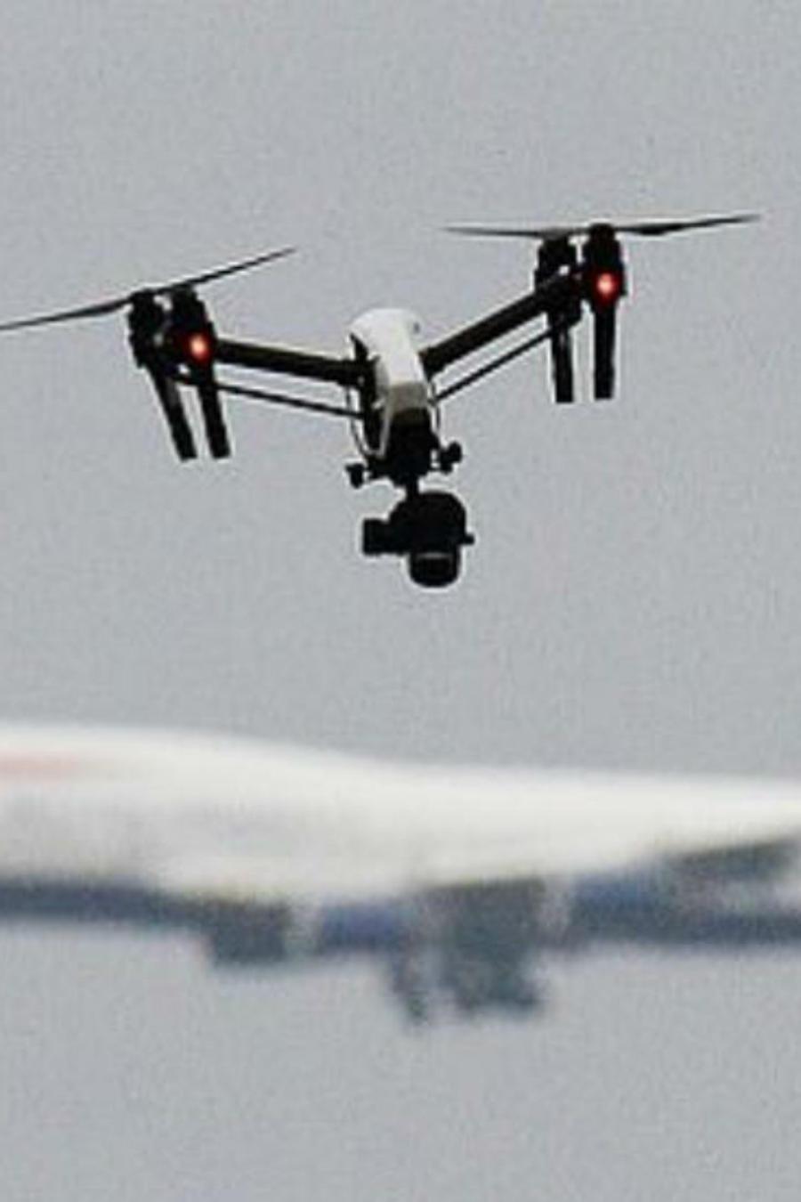 Avión y un dron volando
