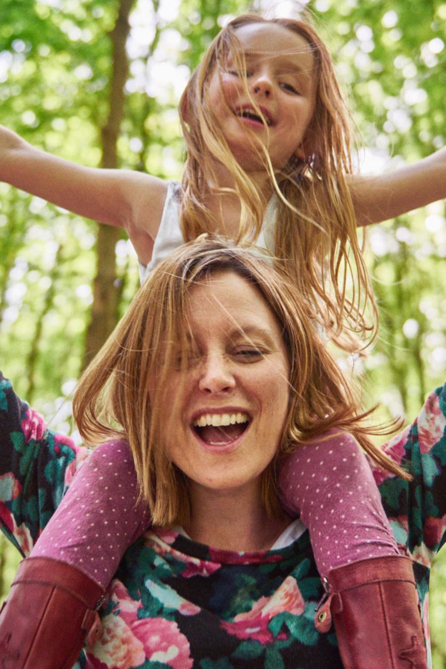 Niña con su mamá