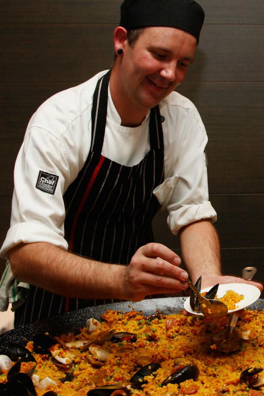 Chefs cocinando paella