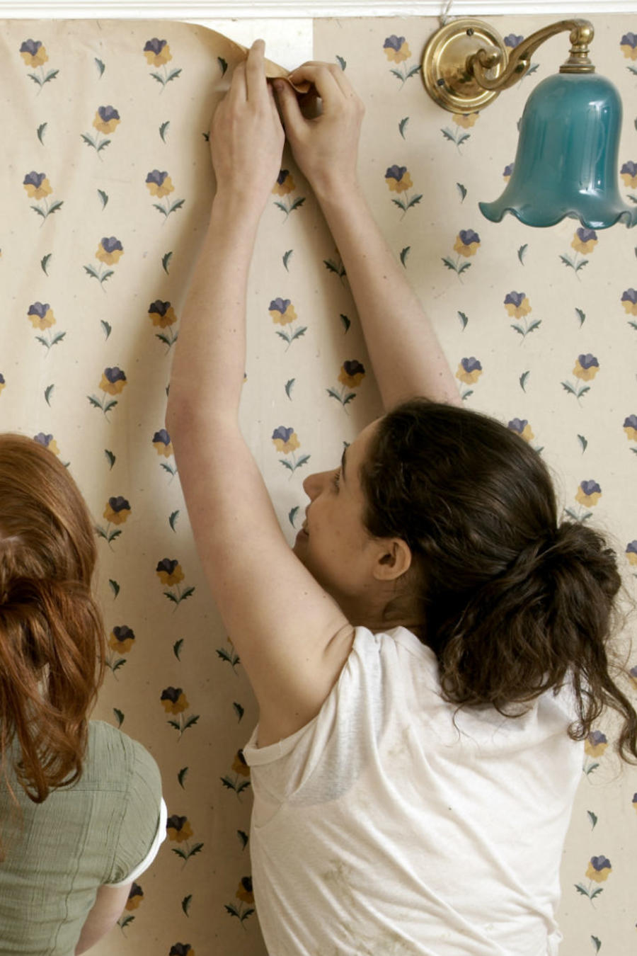 Mujeres decorando la pared