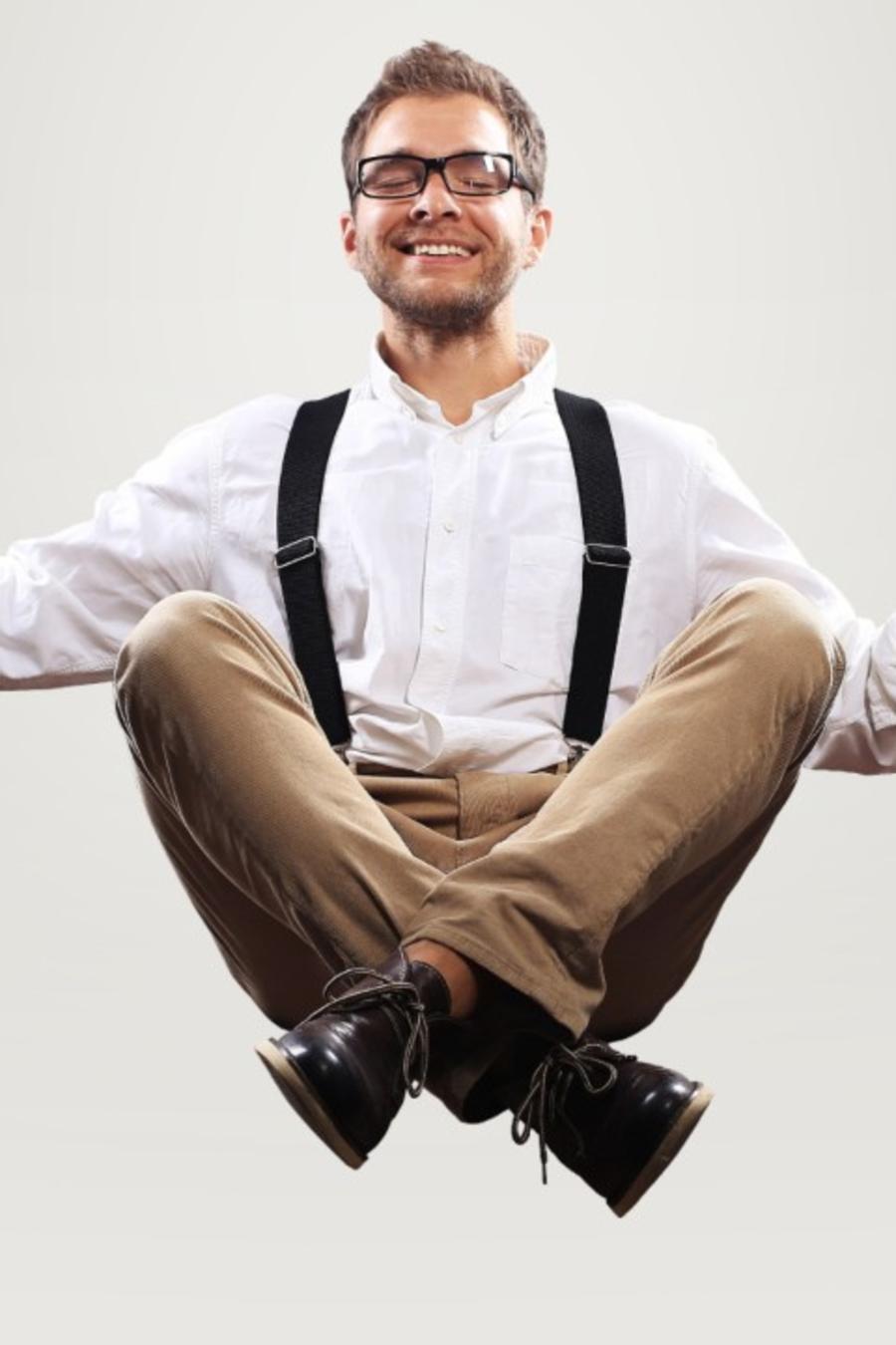Hombre sentado en el aire