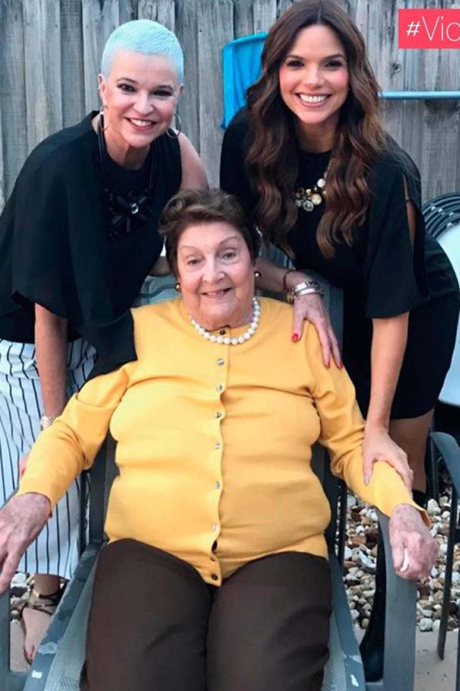Rashel Díaz con su mamá y abuela