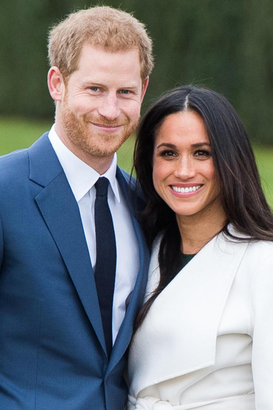 El príncipe Harry y su novia Meghan Markle muestran su anillo de compromiso en Londres el 27 de noviembre de 2017