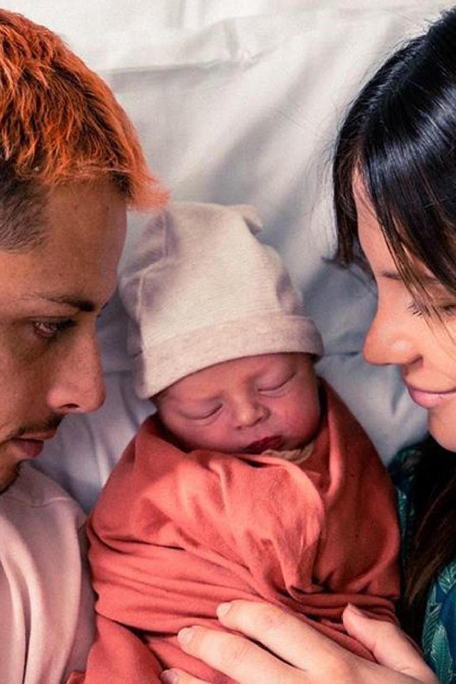 """""""Chicharito"""" Hernández con su esposa Sarah Kohan y su hijo Noah en una foto de Instagram de junio de 2019"""