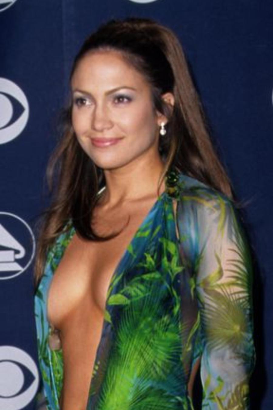 Jennifer Lopez usando vestido Versace en los Grammy en 2000