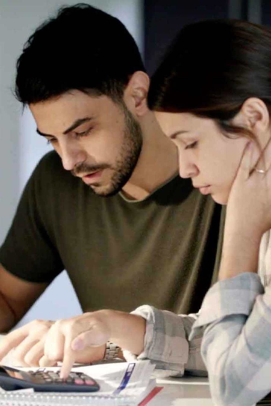 Pareja analiza su plan de 401k