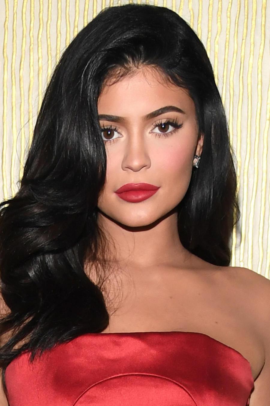 Kylie Jenner con vestido rojo