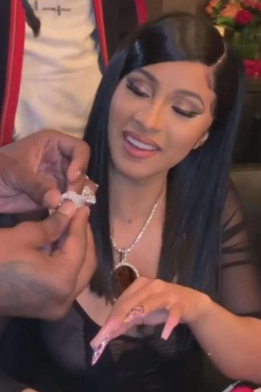 Cardi B recibe un enorme diamante como regalo de cumpleaños